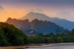 Gebirgsfluss-heller Fluss in Krabi, Atmosphären-Schönheit Natur Thailands Tiger Cave Temple lizenzfreies stockbild