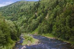 Gebirgsfluss im Mountain View von oben stockfoto