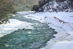 Gebirgsfluss im Winter Lizenzfreie Stockfotos