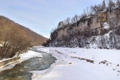 Gebirgsfluss im Winter Stockfotografie