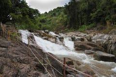 Gebirgsfluss mit Steinen im Wald Lizenzfreies Stockbild