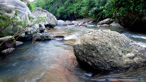 Gebirgsfluss mitten in Wald, in Tasikmalaya, West-Java, Indonesien Lizenzfreies Stockfoto