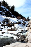 Gebirgsfluss-Schnee lizenzfreie stockfotos