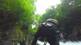 Gebirgsfluss-Spaß stock video
