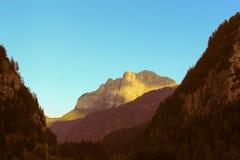 Gebirgsgebirgsmassiv bei Sonnenuntergang Lizenzfreie Stockfotos