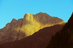 Gebirgsgebirgsmassiv bei Sonnenuntergang Lizenzfreie Stockbilder