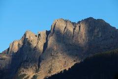 Gebirgsgebirgsmassiv am Sonnenunterganglicht Lizenzfreies Stockfoto