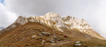 Gebirgsgehen Passo Colombe e Passo Del Sole Stockbilder