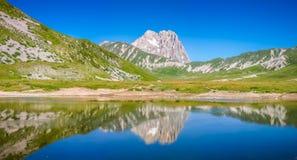 Gebirgsgipfel Gran Sasso an Hochebene Campos Imperatore, Abruzzo, Stockfotos