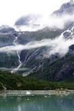 Gebirgsgletscher-Bach mit Whispy-Wolken Lizenzfreie Stockfotos