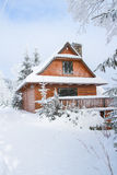 Gebirgshäuschen im Winter stockbild