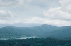 Gebirgshügel-Waldlandschaft mit See im Norden von Thailand Stockbilder