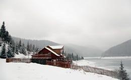 Gebirgshütte lizenzfreie stockfotografie
