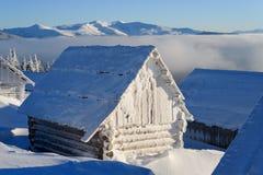 Gebirgshütte bedeckt mit Frost auf einem eisigen Wintermorgen lizenzfreies stockbild