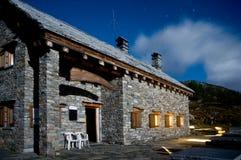 Gebirgshütte bis zum Nacht Stockfotografie