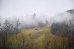 Gebirgshütte wafts herein vom Nebel Lizenzfreie Stockfotografie
