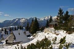 Gebirgshütten auf Velika planina lizenzfreies stockfoto
