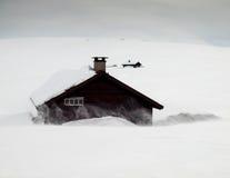 Gebirgshütten im Schneesturm Stockfotografie