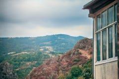 Gebirgshaus mit schönem Balkon Lizenzfreie Stockfotos