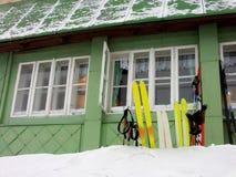 Gebirgshaus mit Ski Stockfoto