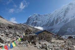 Gebirgshaus unter Himalajagebirgszug Stockbild