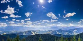 Gebirgsherbstlandschaft mit Bergspitzen und Strecken Stockfotografie