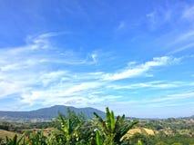 Gebirgshoch und heller Hintergrund des Himmels lizenzfreies stockfoto