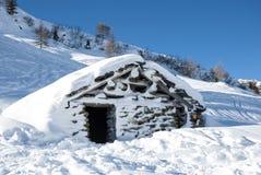 Gebirgshütte im Schnee Stockbild