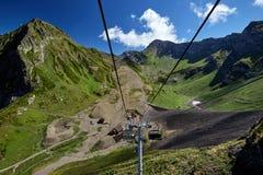 Gebirgskabelbahn, die unten über schöne Frühherbstberglandschaft ausdehnt lizenzfreies stockfoto