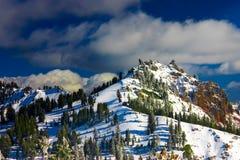 Gebirgskante in vulkanischem Park Lassens im Winter. Stockfoto