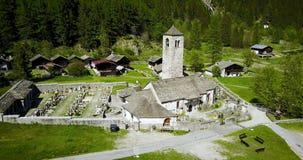 Gebirgskirche im Luftfeuer der italienischen Alpen verließ stock video footage