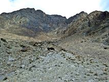 Gebirgsklippe am Rand von prestine Hunza-Tal, Karakoram-Landstraße, Pakistan stockfoto