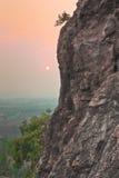 Gebirgsklippe und schöner Dämmerungshimmel in Thailand Lizenzfreie Stockfotografie