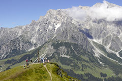 Gebirgskreuz vor dem Hochkoenig-Berg Stockfoto