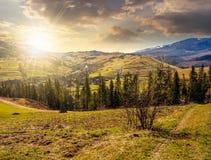 Gebirgsländliches Gebiet im Frühjahr bei Sonnenuntergang Lizenzfreie Stockfotos