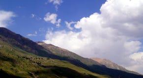 Gebirgslandschaft an einem sonnigen Tag Stockbilder