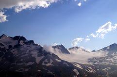 Gebirgslandschaft an einem sonnigen Tag Lizenzfreie Stockfotografie