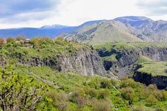 Gebirgslandschaft, Hügel in Armenien nahe dem Tempel von Garni Stockfoto
