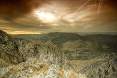 Gebirgslandschaft im Sonnenuntergang lizenzfreie stockbilder
