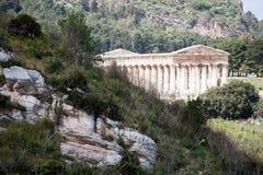 Gebirgslandschaft mit altgriechischem Tempel Stockbild