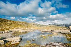 Gebirgslandschaft mit blauem Himmel in Norwegen Reise in Skandinavien lizenzfreies stockbild