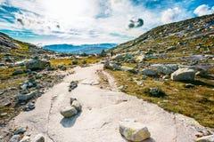 Gebirgslandschaft mit blauem Himmel in Norwegen Reise in Skandinavien lizenzfreies stockfoto