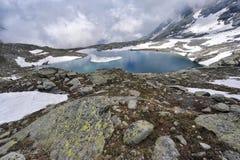 Gebirgslandschaft mit einem weiten Fluss mit blauem Himmel Lizenzfreie Stockfotos