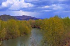 Gebirgslandschaft mit Fluss Stockbilder