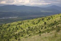 Gebirgslandschaft mit grünen Hügeln Lizenzfreie Stockbilder