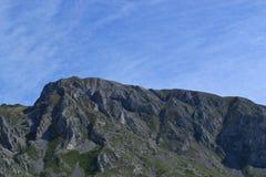 Gebirgslandschaft mit klarem Himmel Stockfotos