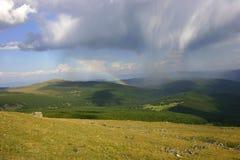 Gebirgslandschaft mit Regenbogen Lizenzfreie Stockbilder