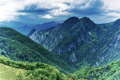 Gebirgslandschaft mit Spitzen und drastischen Wolken lizenzfreie stockfotos
