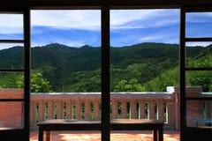 Gebirgslandschaftsansicht vom Balkon Stockfoto