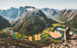 Gebirgslandschaftsvogelperspektivetal und -fluß Stockbilder
